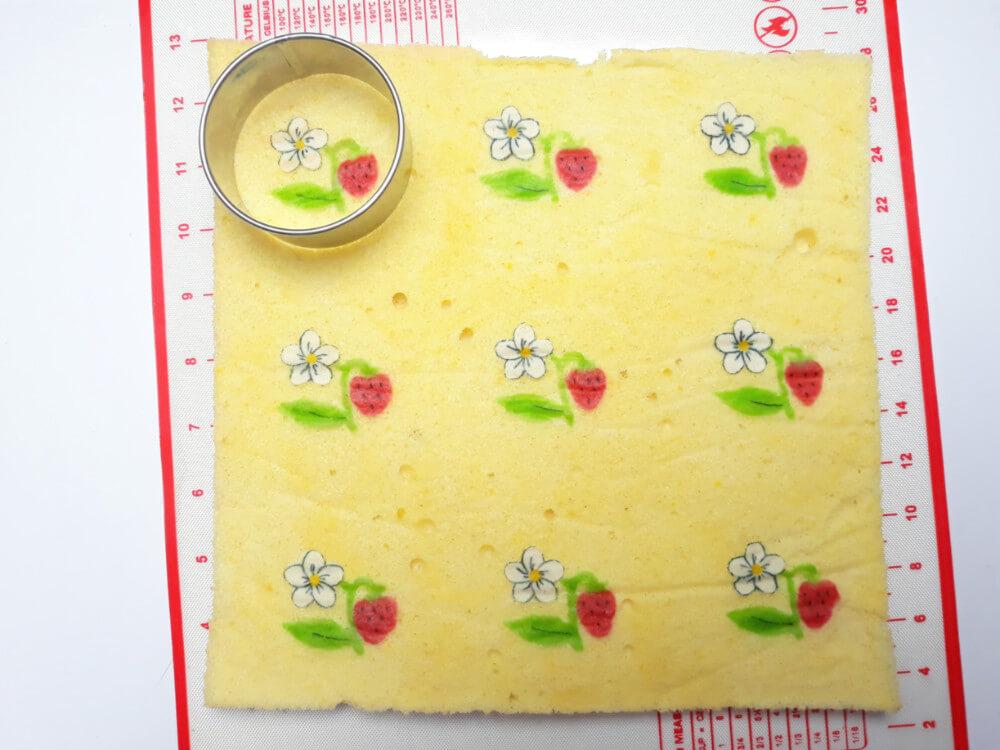 upieczone ciasto ze wzorem, mata silikonowa, wycinanie wykrawaczem