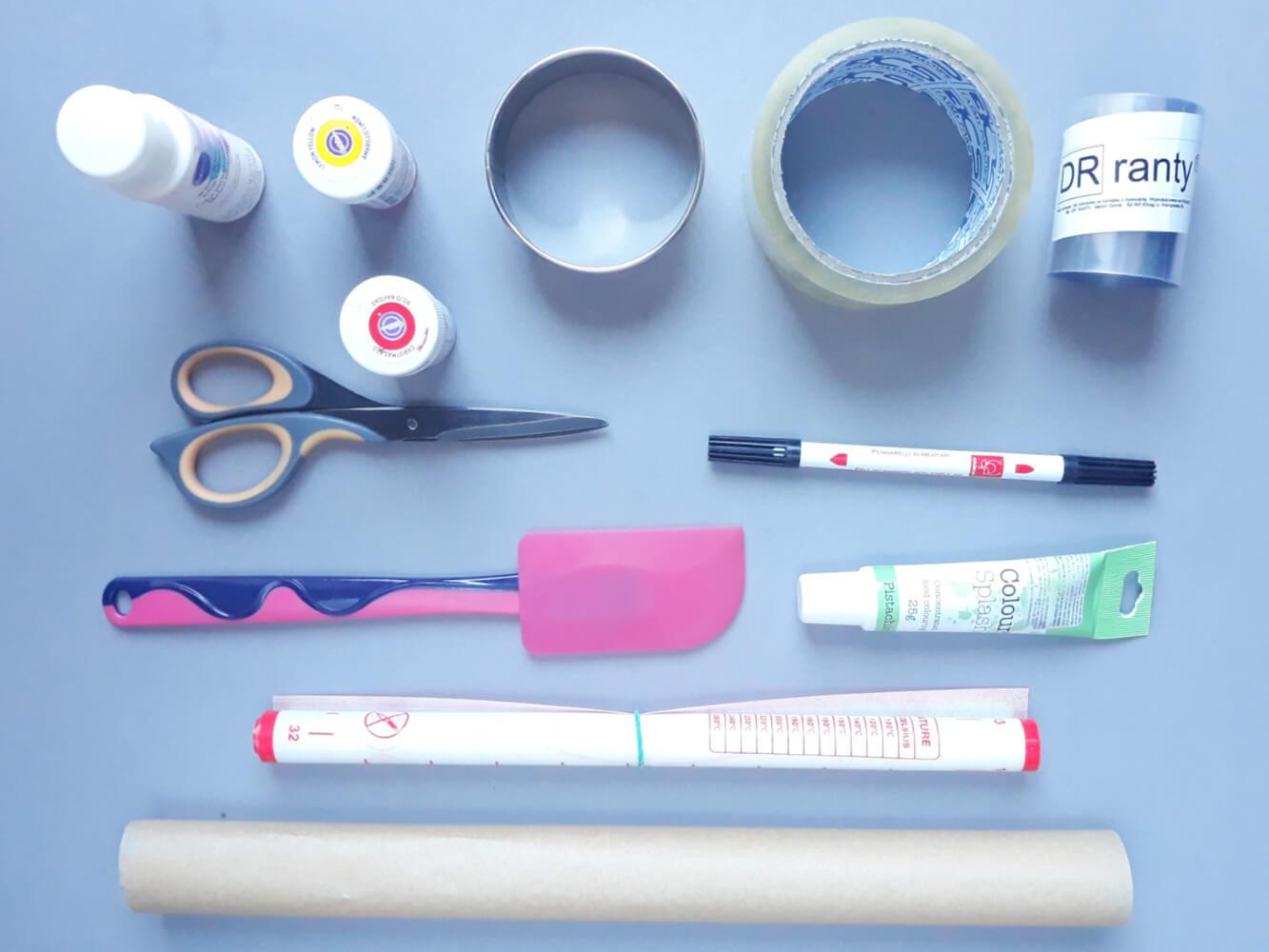 narzędzia do przygotowania monoporcji ze wzorem w truskawki, papier do pieczenia, mata siliknowa, barwniki spożywcze, szpatułka silikonowa, taśma klejąca, nożyczki, masaz jadalny, folia rantowa dorosiowe ranty, wykrawacz okrągły