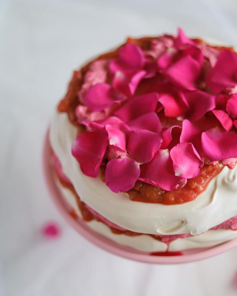 Tort bezowy z kremem hibiskusowym i frużeliną z rabarbaru