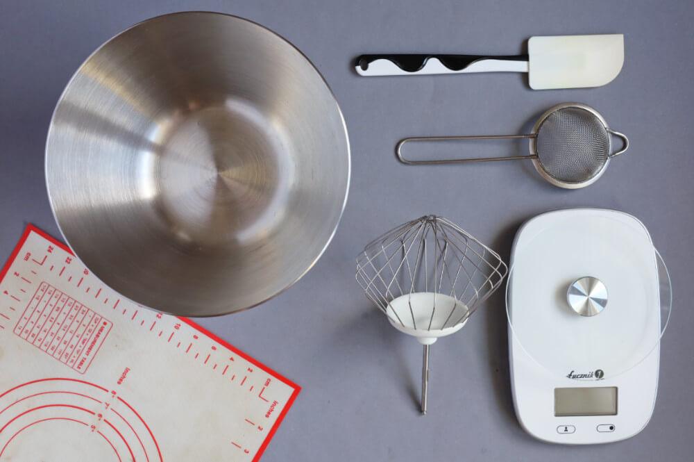 narzędzia potrzebne do zrobienia tortu bezowego: mikser, misa, silikonowa mata, waga kuchenna, szpatułka cukiernicza, sitko