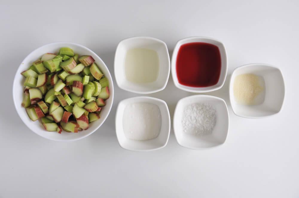 składniki na frużelinę z rabarbaru - rabarbar, żelatyna, cukier, wywar z hibiskusa, skrobia ziemniaczana, sok z cytryny