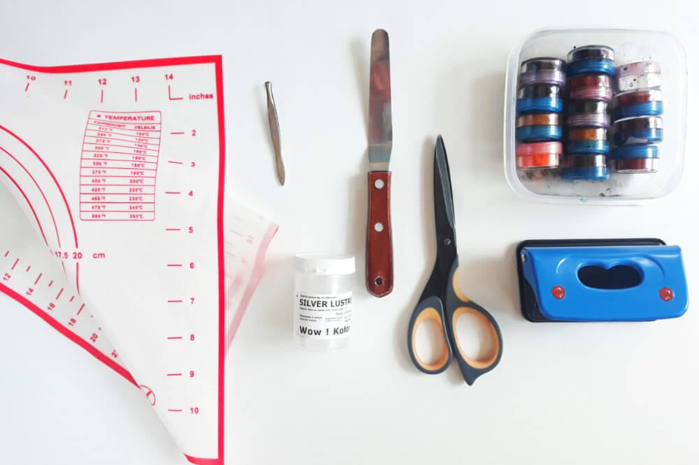 Tutorial jadalne cekiny z żelatyny - błyszcząca ozdoba tortu, potrzebne narzędzia, mata silikonowa, barwniki jadalne, nożyczki, dziurkacz biurowy, pęseta, szpatłuka cukiernicza
