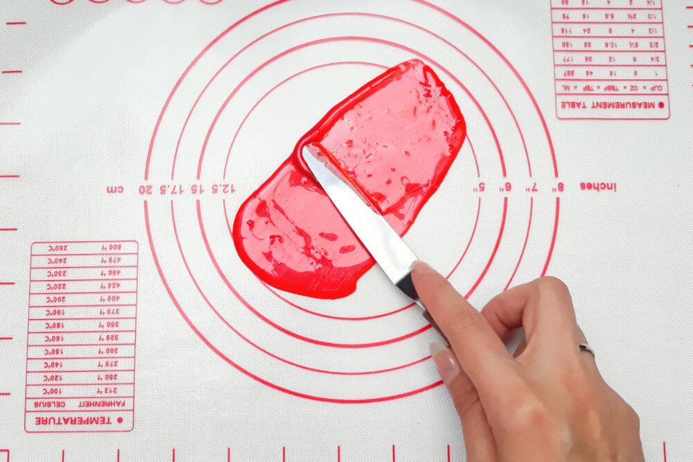 Tutorial jadalne cekiny z żelatyny - błyszcząca ozdoba tortu, rozprowadzanie zabarwionej żelatyny szpatułką na macie silikonowej
