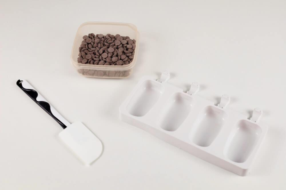 przygotowanie domowych lodów magnum, szpatułka silikonowa, forma silikonowa na lody, czekolada