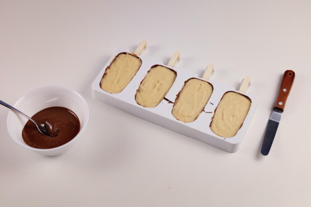 wypełnianie formy na lody magnum czekoladą, forma silikonowa, szpatułka