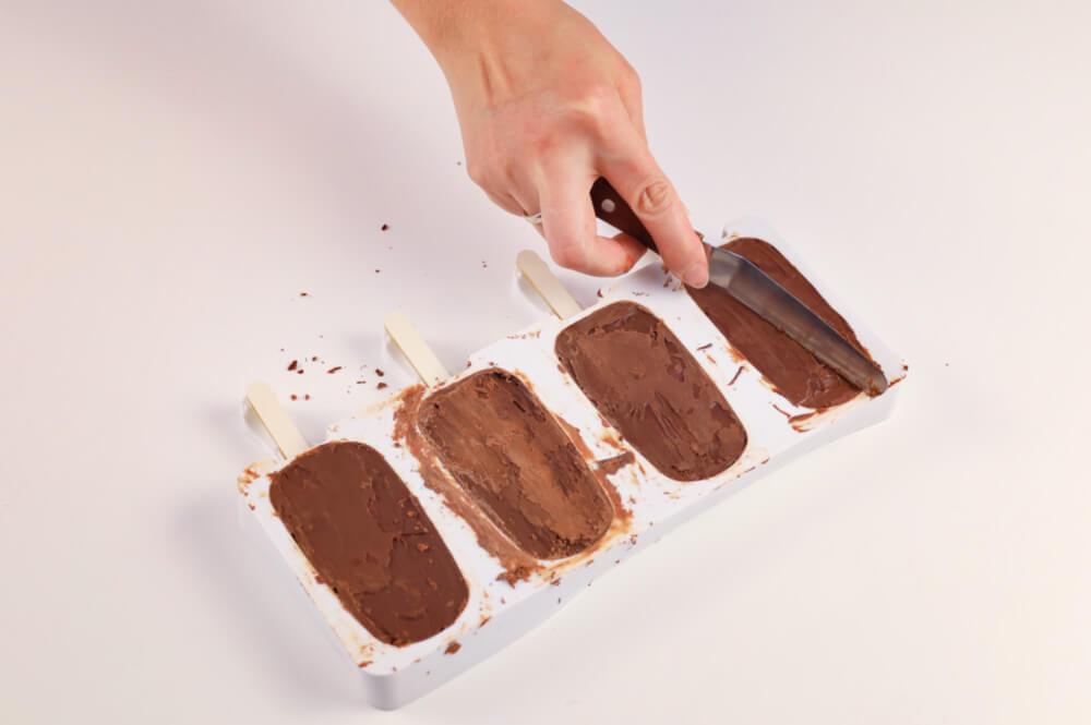 zeskrobywanie czekolad z formy silikonowej, szpatułka