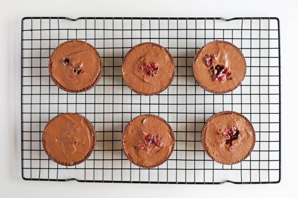 Czekoladowo-wiśniowe monoporcje na kruchym spodzie - składanie deseru