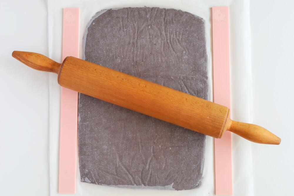 Wałkowanie ciasta kruchego z użyciem list dystansowych
