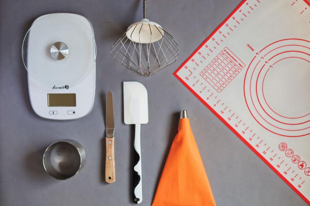 mini pavlove z lemon curdem - potrzebne narzędzia: mata silikonowa, waga, ring, szpatułka silikonowa, rękaw cukierniczy, mikser